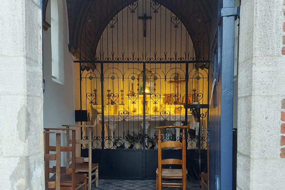 Na de grondige gevel- en dakrestauratie zijn nu ook de restauratiewerken aan de binnenzijde van de Bistkapel afgerond.