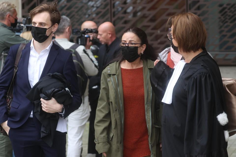 Voor het eerst op de voorgrond: Annemie De Vel, de mama van Sanda. Geflankeerd door haar twee advocaten: David Dendoncker en Nathalie Buisseret.