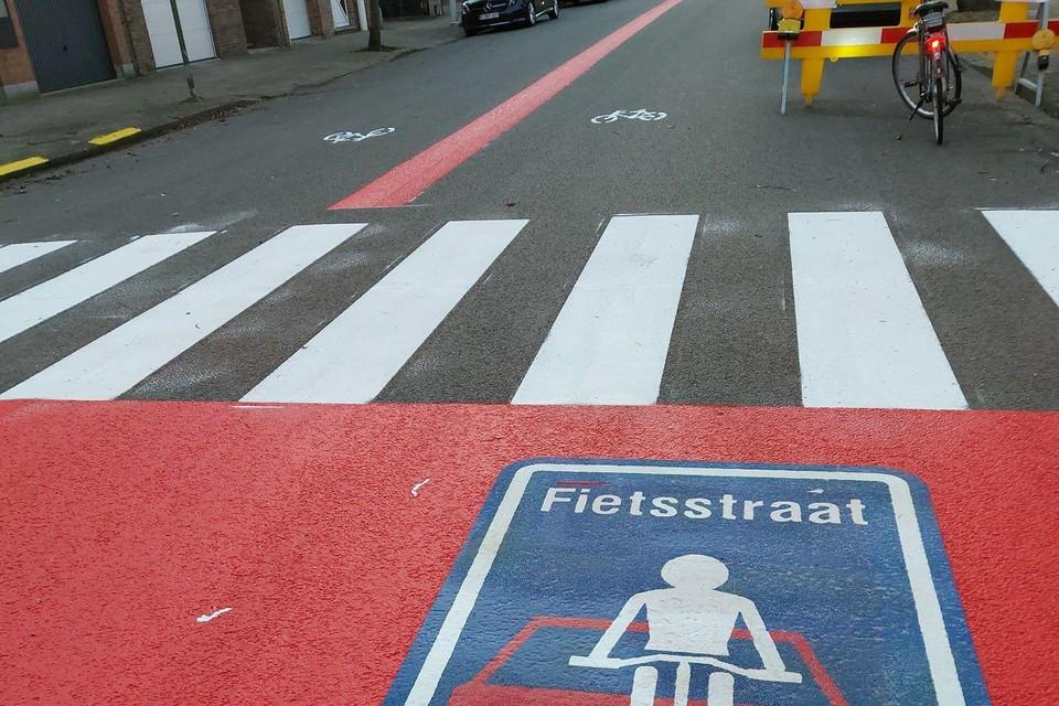 Een rode lijn maakt duidelijk dat de August Van Putlei nu een fietsstraat is.