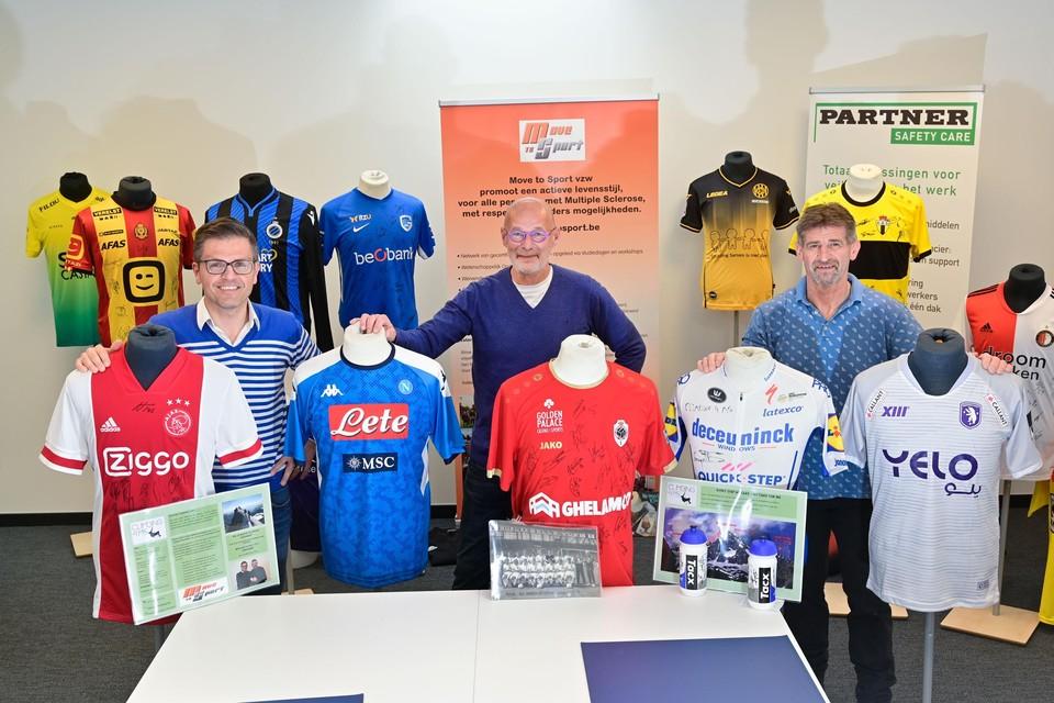 Steven Boets, Paul Van Asch en Guy Bleyen – de laatste twee zelf nog eersteklassespeler bij Berchem Sport eind jaren 80 – presenteren de opvallende collectie shirts die ze bij mekaar wisten te brengen om online te veilen.