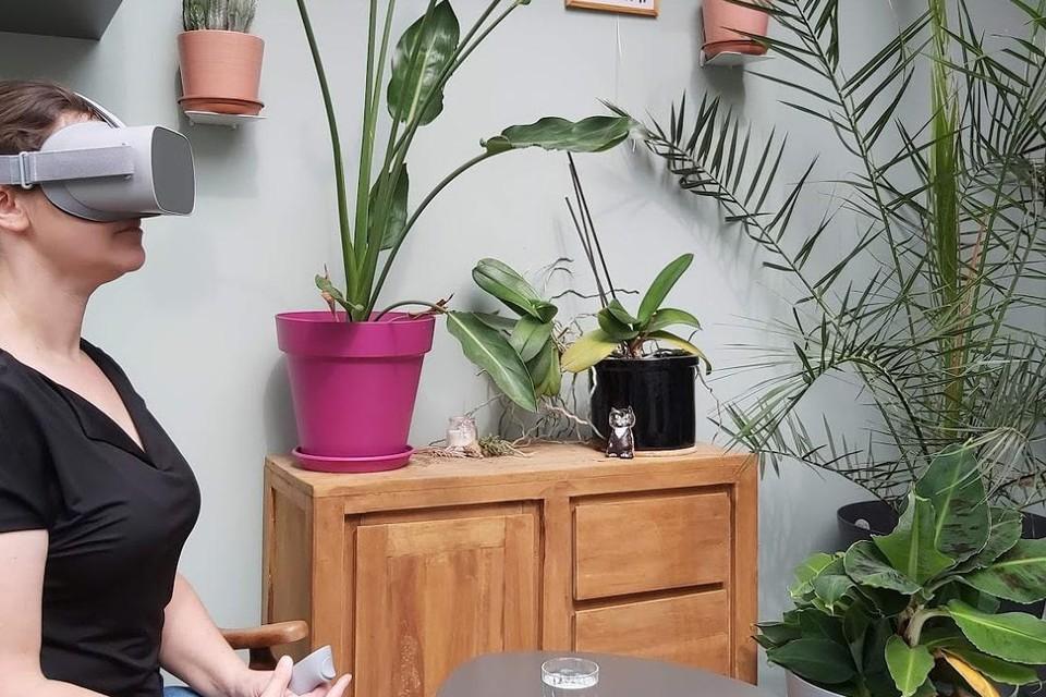 """Cindy Willems demonstreert het gebruik van de VR-bril in haar praktijk Yoeka. """"Hiermee kun je in een veilige omgeving oefenen in het overwinnen van je angsten."""""""