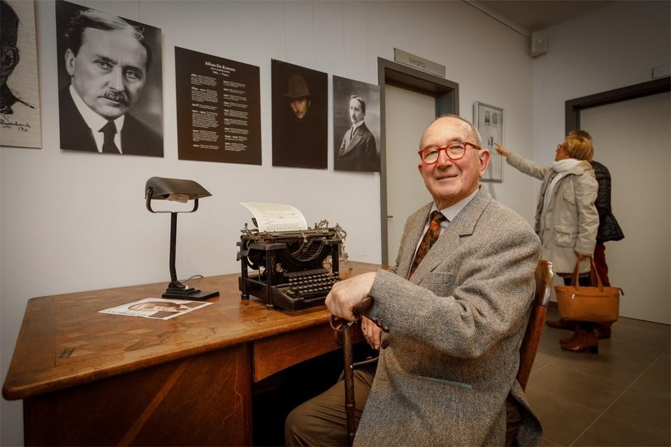 Jan Maniewski in de tentoonstelingsruimte van Elsschot.
