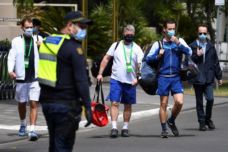 Op weg naar training en de politie kijkt toe.