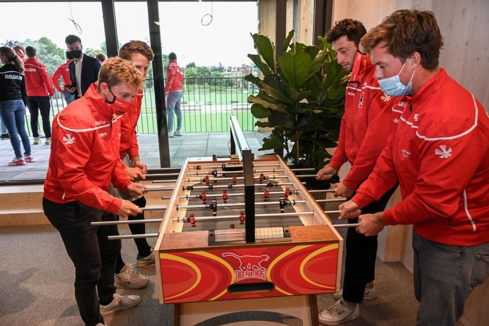 De spelers ontdekken meteen de kickertafel in de lounge.