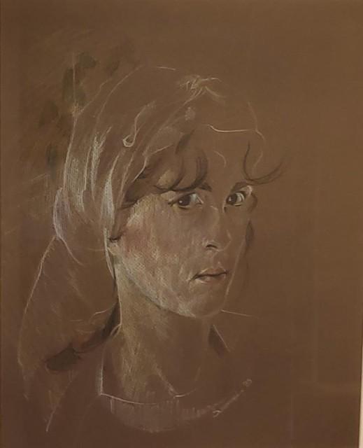 Nog een zelfportret van de Zoerselse kunstenares op bruin papier.