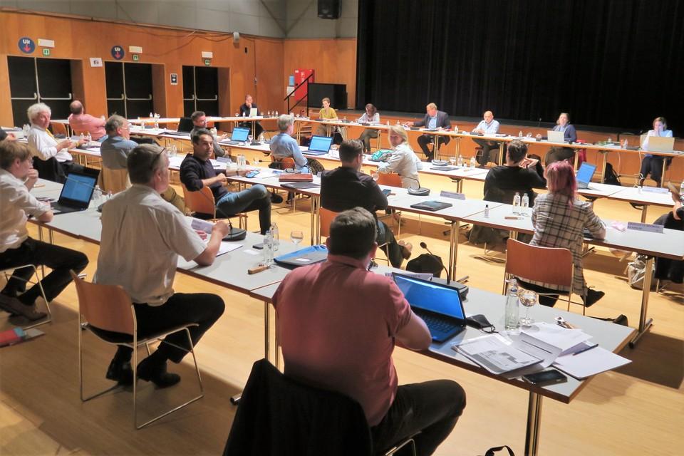 De gemeenteraad vergaderde opnieuw in De Kaekelaar, maar technische problemen zorgden ervoor dat hij voor raadsleden en publiek maar moeilijk te volgen was.
