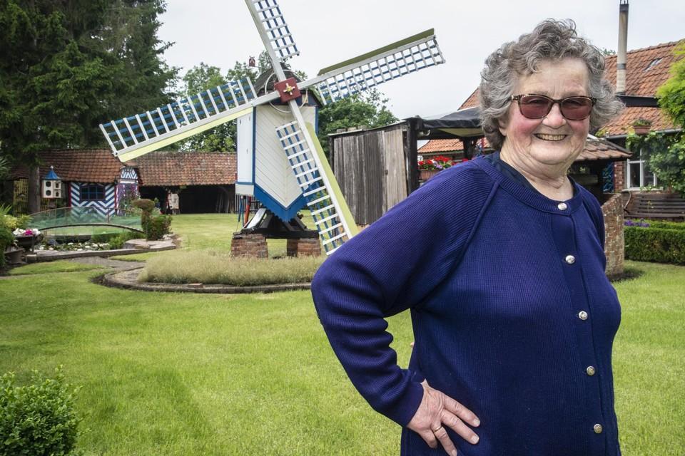 Alice Dierckx in de tuin bij de molen van haar man Laurent Van Der Moeren.