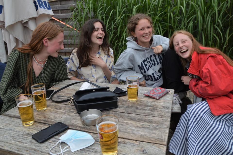 Marie (17), Julie (17), Michelle (17) en Olivia (17) snakken naar een normale vakantie.