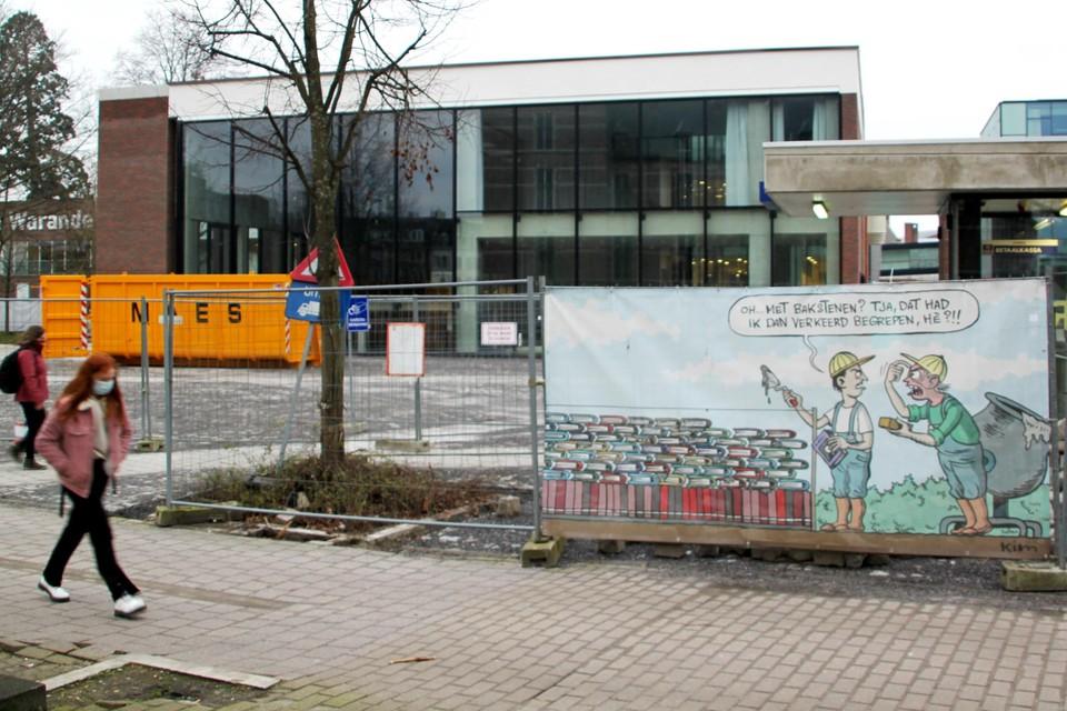Niet het foutieve gebruik van bouwmaterialen zoals op het werfdoek, wel de coronacrisis duwt de heropening van de bibliotheek nog wat vooruit.
