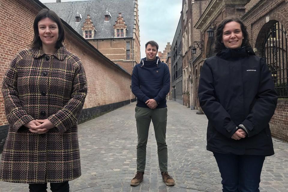 Renovatiecoaches Evelien Impens, Joost Crauwels en Lien Berben begeleiden gezinnen bij een renovatie.