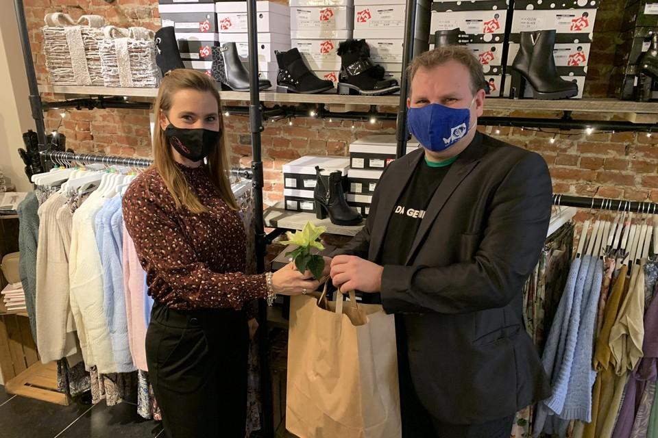 Sindi Teugels (40) van de handelszaak Infinity Fashion krijgt als 'lokale held' een pakket van Kenneth Rumes van de vzw De Vlinder.