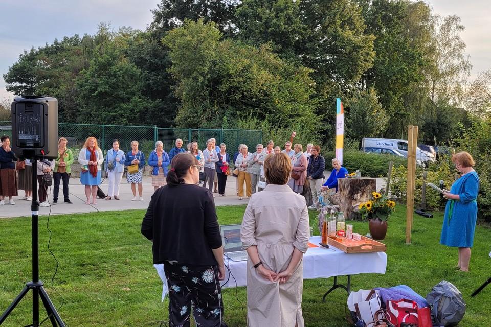 Lea Verschueren kondigt de opening van de troostplek aan.