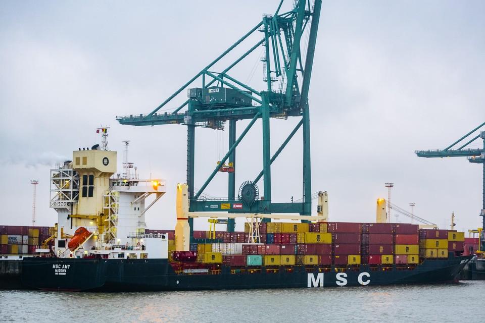 De MSC Amy ligt nog bij de MPET-terminal aan kaai 1728.