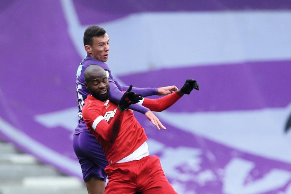 Radic houdt Lamkel Zé af tijdens de derby.