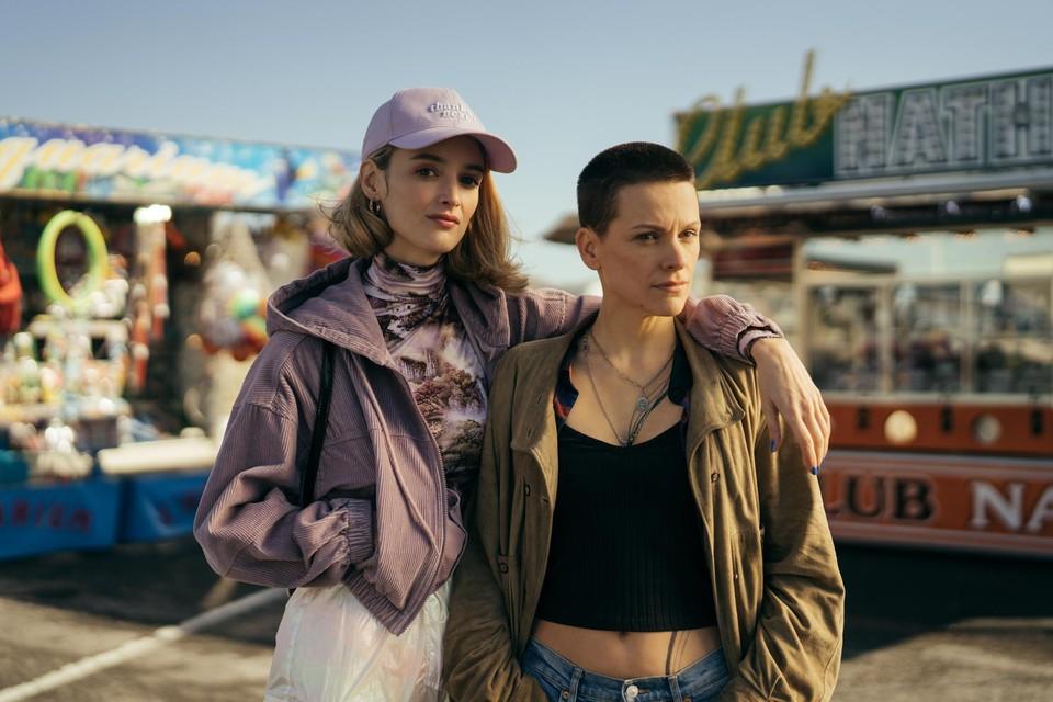 In schittert Veerle Baetens naast de Canadese actrice Charlotte Le Bon.