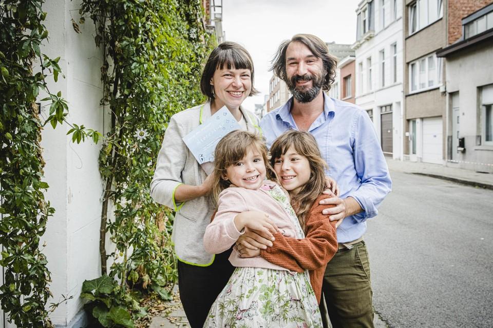 Sara De Saeger, Maarten Mallentjer en hun dochters Loes en Nina.