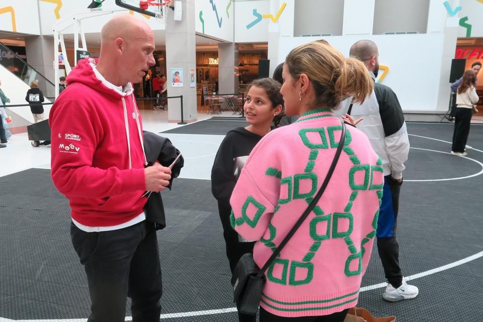 Erwin Stessel legt dit meisje en haar mama de voordelen uit van de SNS-pas