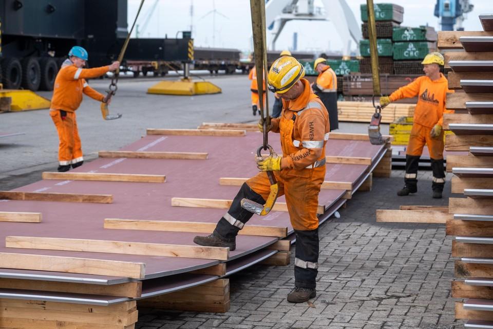 In de Antwerpse haven is er weer werk in overvloed, maar een tekort aan arbeiders om de zomer te overbruggen.