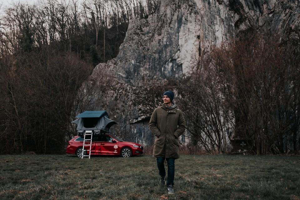 Met een op de auto gemonteerde tent trok Olympisch snowboarder Seppe Smits door eigen land.