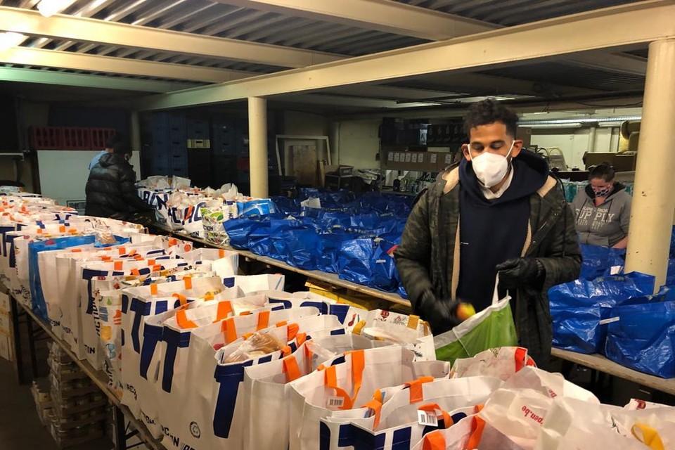 Faris Haroun bood zich aan bij Dakant om voedsel in pakketten te verdelen en nadien uit te delen.
