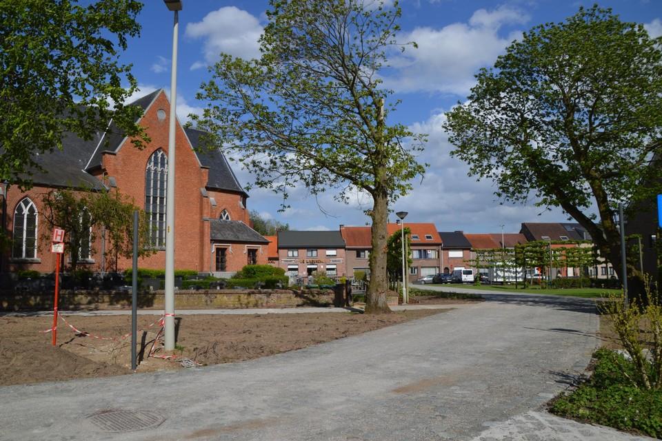 De nieuwe kasseiweg die voorbije de kerk langsheen het oud gemeentehuis loopt.
