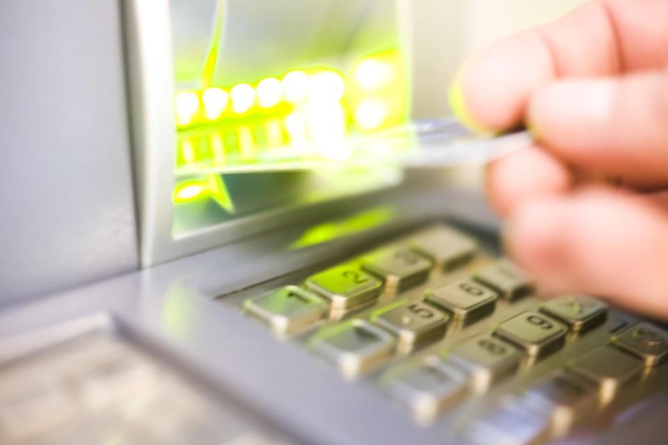 De vrouw gebruikte de bankkaart om er persoonlijke aankopen en betalingen mee te doen