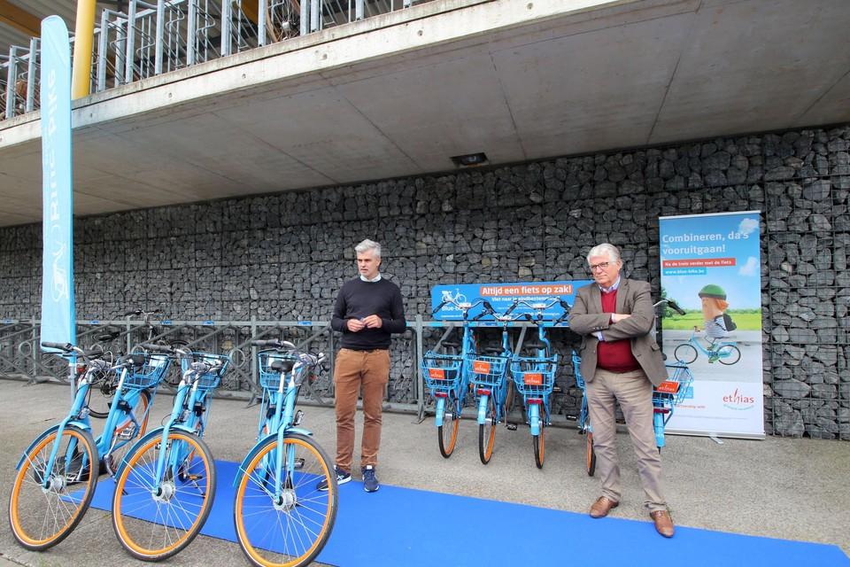 Bram Dousselaere en burgemeester Volckaerts stellen Blue-bike voor in Hove.