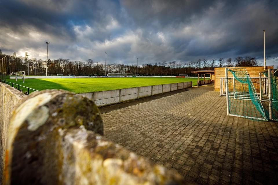 Donkere wolken pakken zich samen boven het voetbalveld. Sommige amateurclubs verkeren in zwaar weer.