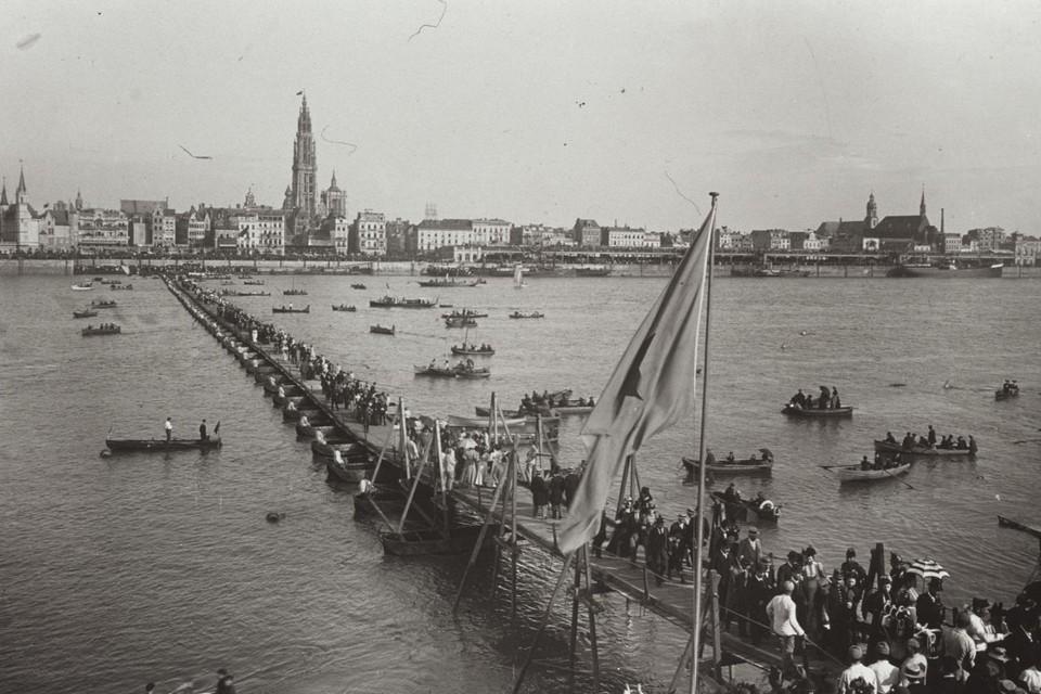 De pontonbrug die in 1895 deel uitmaakte van de festiviteiten ter gelegenheid van honderd jaar bevrijding van de Oostenrijkers.