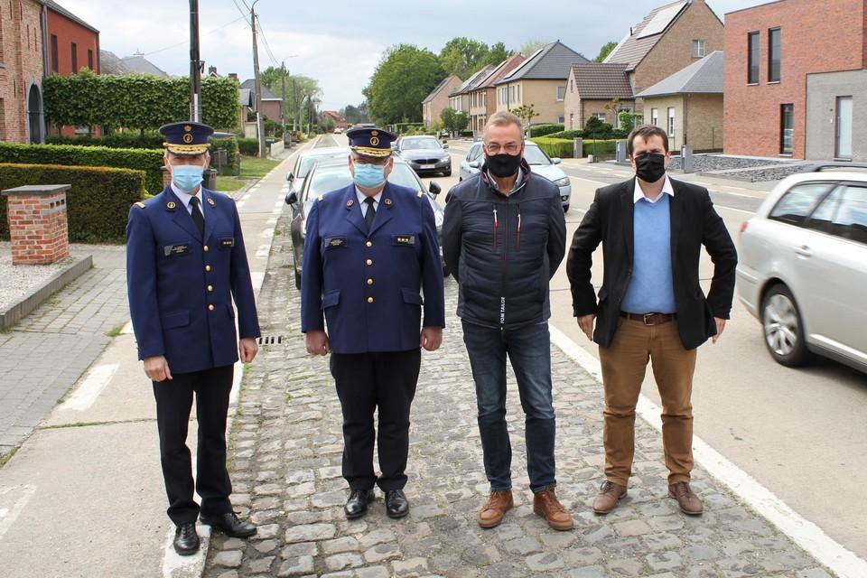 Zonechefs Werner Cazaerck en Jan Van Asch staan met burgemeester Walter Horemans en waarnemend burgemeester Rik Verwaest op de Liersesteenweg in Berlaar.