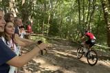 thumbnail: De meisjes en jongens van Chiro Heist-centrum moedigen de renners in het Bergbos aan met een Zwitserse vlag en koebellen.