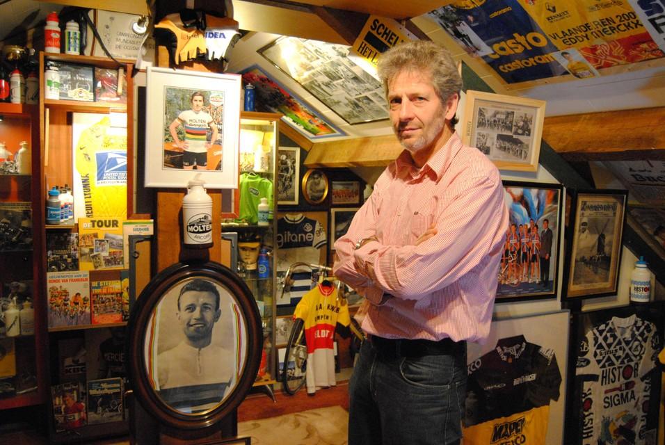 Paul Mortelmans' zolder is tot op de nok volgestouwd met tal van wielerspullen.