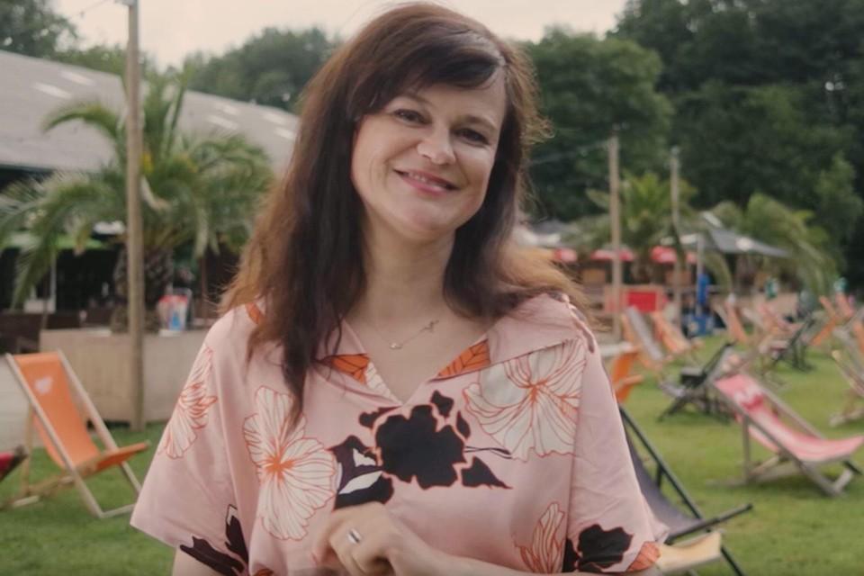 Actrice Mieke Laureys maakt in video de gezamenlijke ticketverkoop bekend.