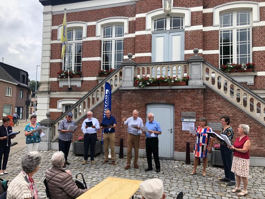 Leden van het koor Eglantier en van het Davidsfonds uit Tielen bezingen Flor Peeters.