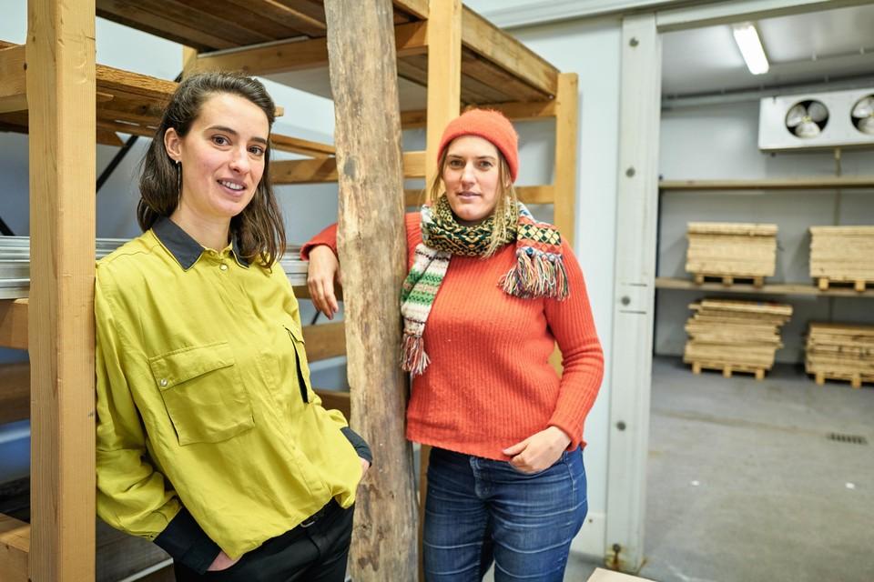 Minne Warmenbol (36) en Eva De Clerck (38) in de oude vleeshal waar ze hout verzamelen om te herbruiken.