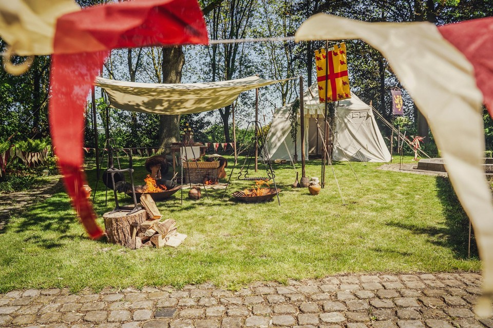De tent wordt klaargezet, de buitenkeuken mogen de gasten zelf inrichten.