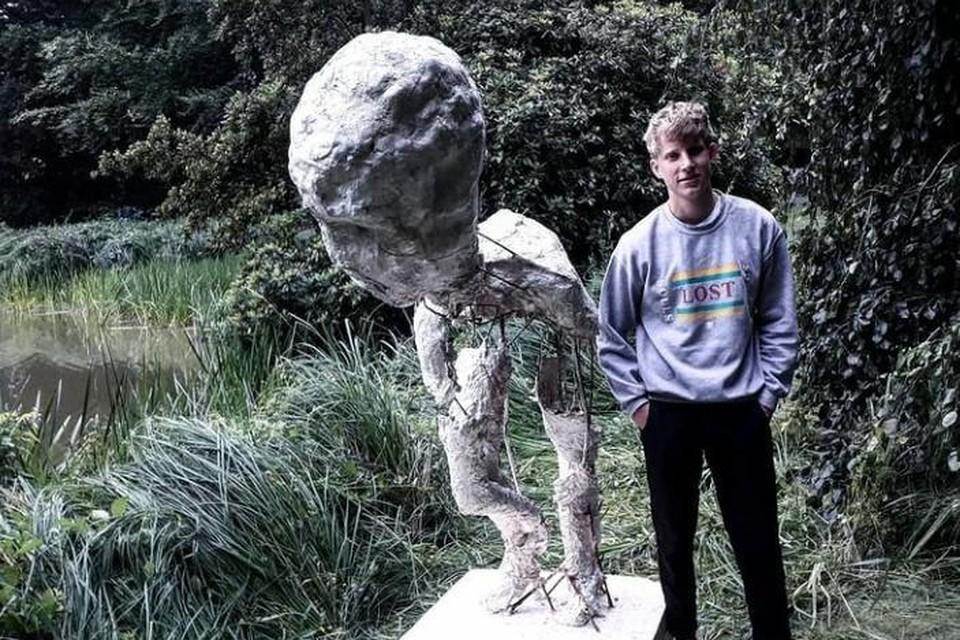 Niels Van Looveren bij zijn eerste sculptuur 'Ruimte rondom' uit plaaster, jutte en metaal, in het gemeentepark in Wuustwezel.