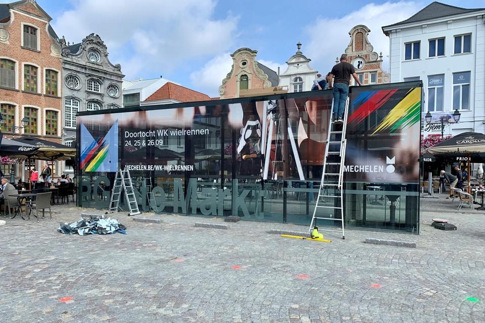 Op het glazen paviljoen van parking Grote Markt is last minute nog promotie aangebracht voor het WK.