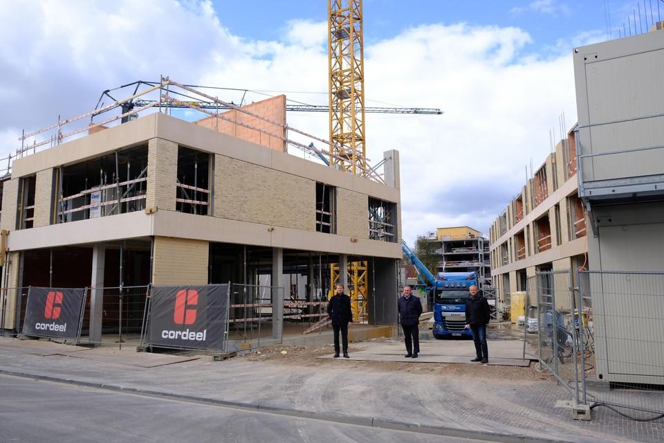 Koen Helsen, Dirk Van Mechelen en Luc Janssens bij de bouwwerf, die nu snel vordert.