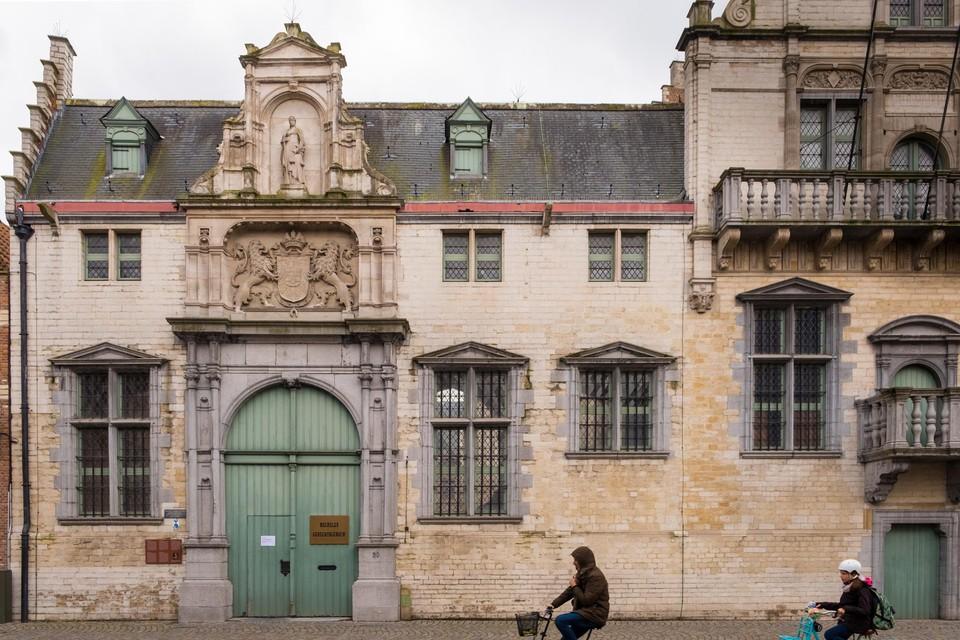 In het gerechtshof van Mechelen is woensdagmiddag een man met een koksmes gearresteerd.