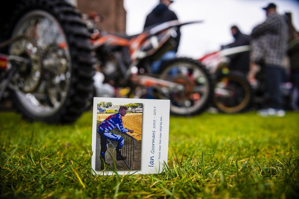 Het gedachtenisprentje van Ian Goormans tijdens zijn uitvaartplechtigheid in Vorselaar. Het verkeersslachtoffer was een fervent motorcrosser.
