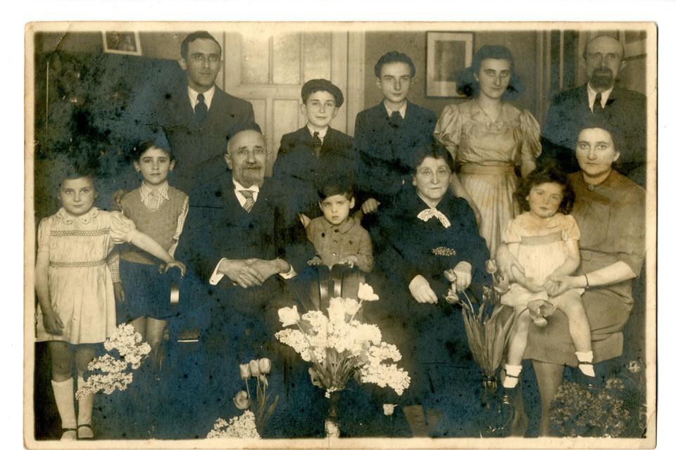 Jacques Ehrenfeld (links achteraan), zijn ouders (midden) en zus (zittend, rechts) met haar gezin.