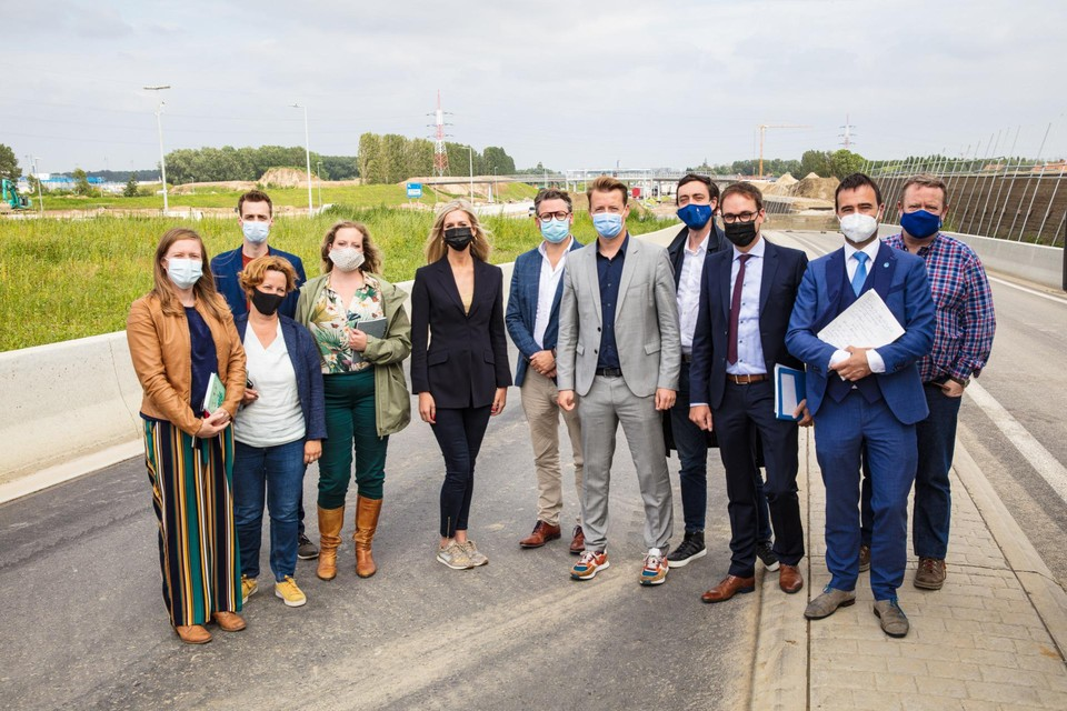 Leden van de onderzoekscommissie PFOS-PFAS op de rotonde over de E34, waar heel wat met PFOS vervuilde grond in verwerkt zit.