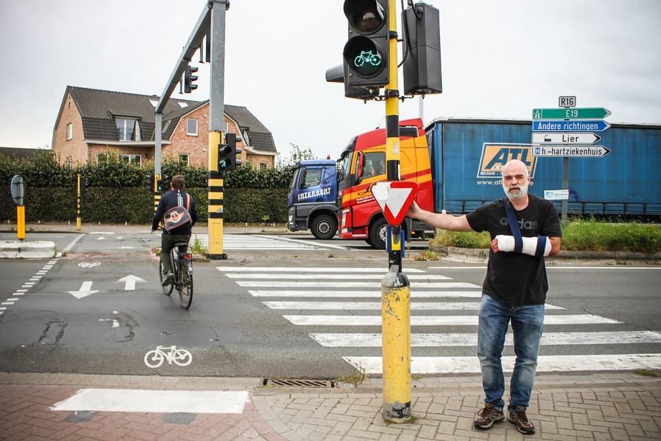 René Van Gysel aan het kruispunt op de Ring. Overstekende fietsers hebben groen wanneer auto's de Ring oprijden.