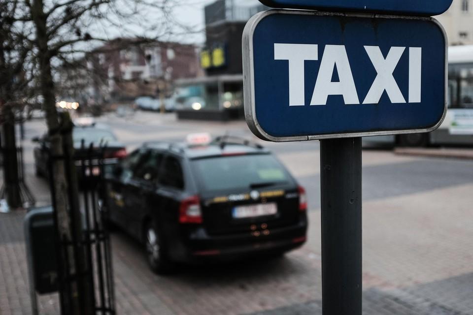 De taxistandplaatsen verhuizen naar de overzijde van de Stationsstraat.