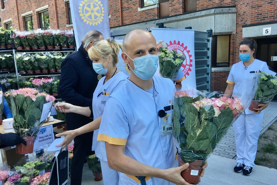 Medewerkers van het Imeldaziekenhuis nemen de hortensia's in ontvangst.