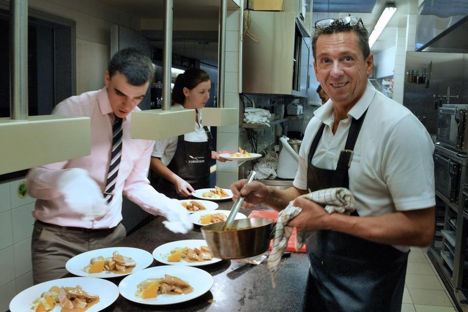 Een drukke keuken waar de chef en het personeel alles op alles zetten om de klanten te bedienen? Dat zit er nog even niet in voor Edwin en zijn team in 't Korennaer.
