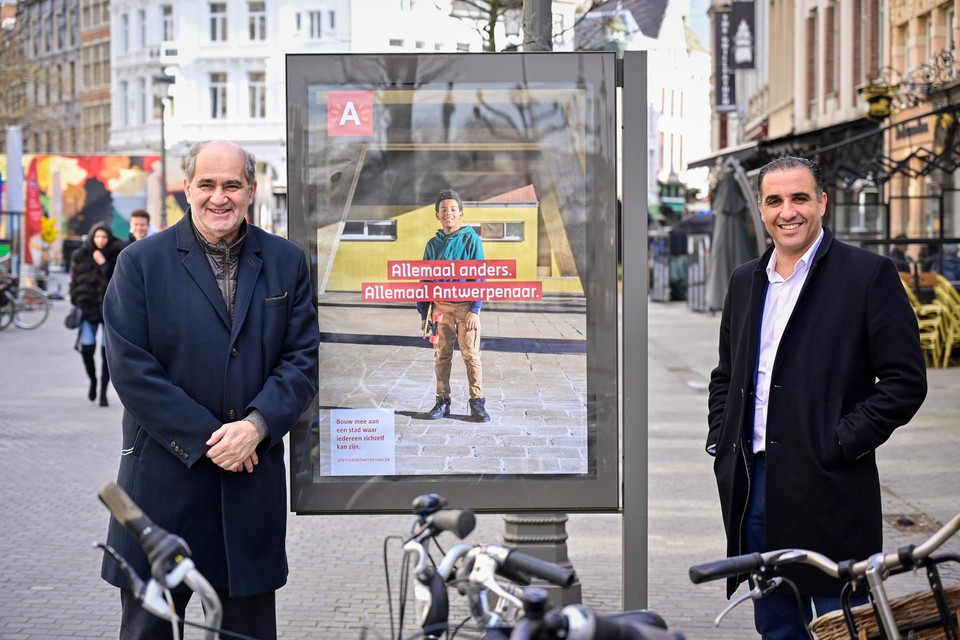 Antwerpse schepenen Marinower en Bachar bij één van de affiches van 'Allemaal Antwerpenaar' in de Suikerrui.