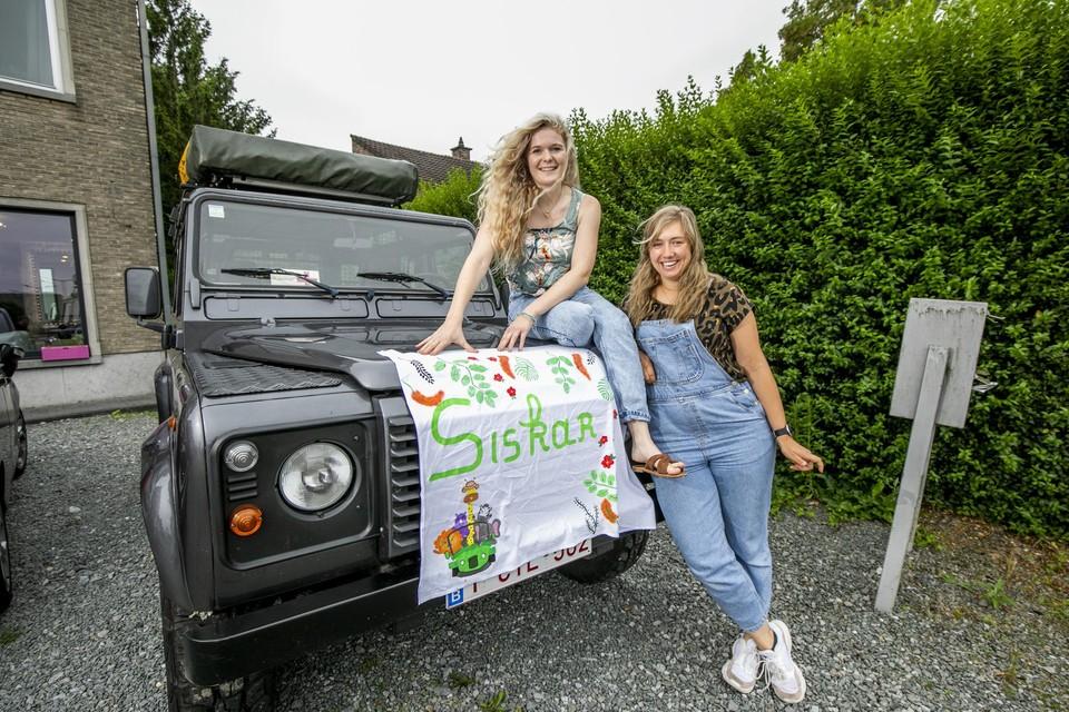 Vriendinnen Karlien en Siska vertrekken nu vrijdag richting Boedapest met de oude Land Rover Defender van de papa van Siska.