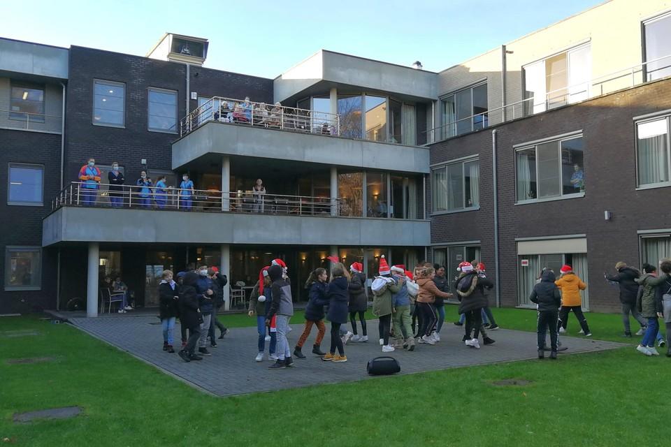 In woonzorgcentrum Vogelzang kregen de bewoners dinsdag een vaccinatie. Het wzc kon tot nog toe corona buiten houden, vlak voor de kerstvakantie kregen ze er bezoek van dansende leerlingen.